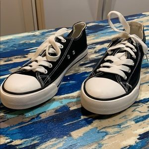 NWOT Fashion black/white lace up sneakers size 6
